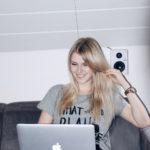 Lena vor dem Laptop