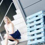 Lena neben einer blauen Palette
