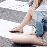 Lena sitzt auf der Straße