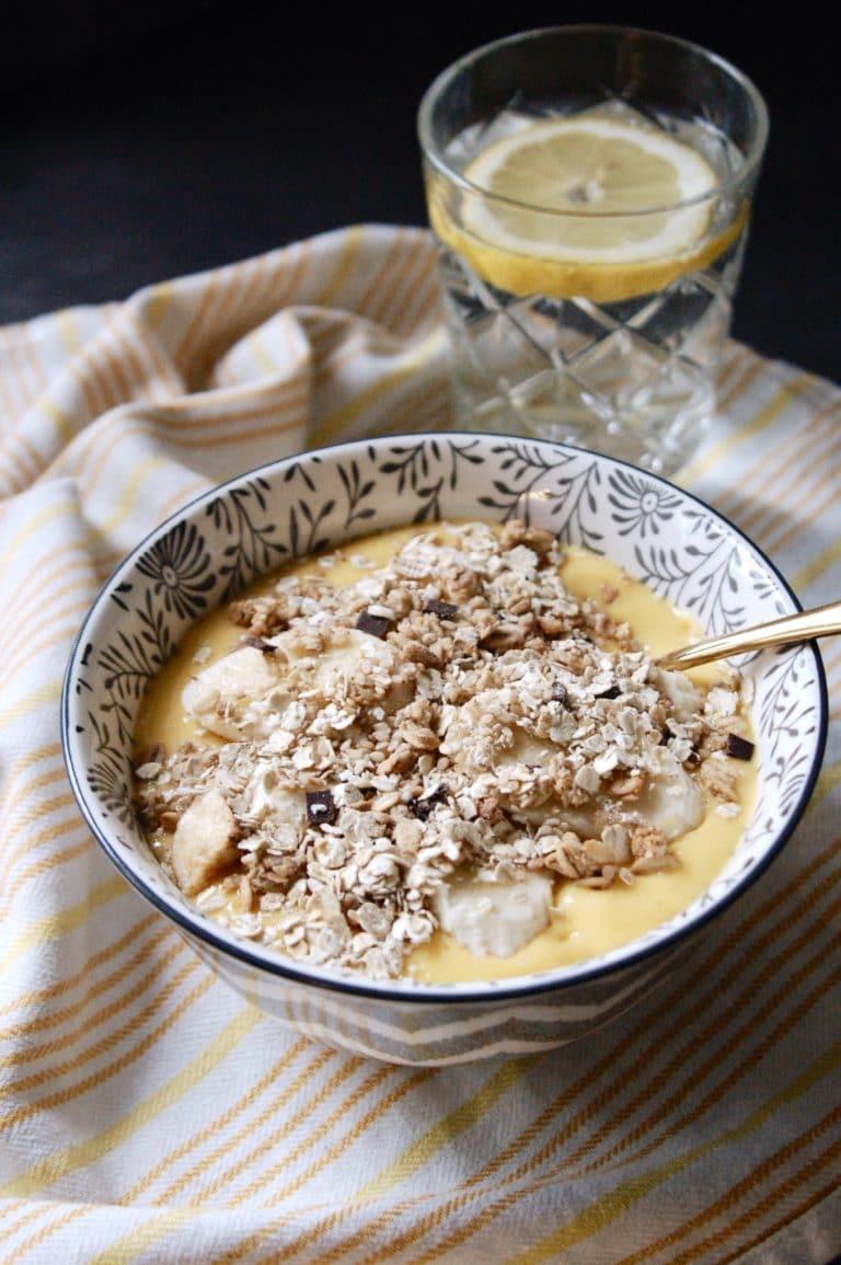 Sommer auf dem Frühstückstisch: Tropische Smoothie Bowl mit Mango